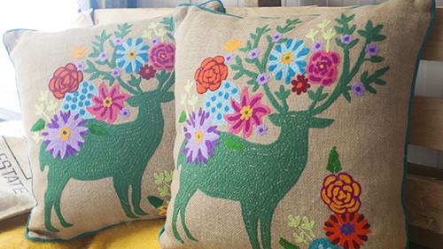 Nieuw! dit uitbundige jute kussen met hert en bloemen! kussens